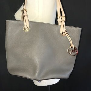 Great condition Micheal Kors Purse!!!